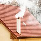 Toit de maison avec conduit de cheminée