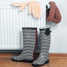 bottes, gants et bonnet posés sur un radiateur